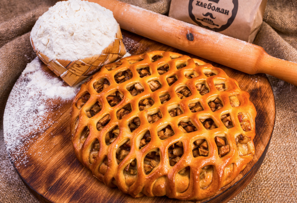 Пирог  мёд, груша, яблоко, корица